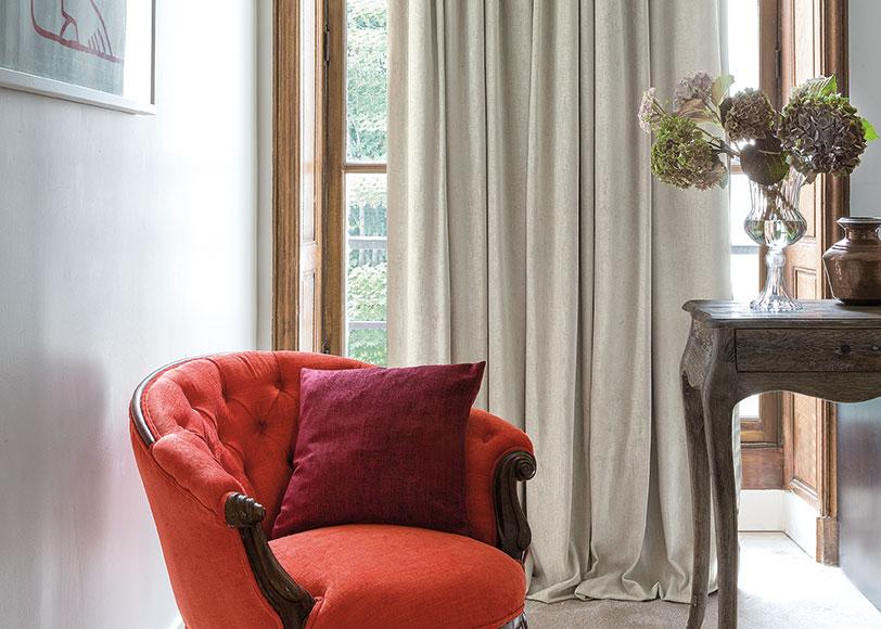 roter Stuhl vor Vorhang
