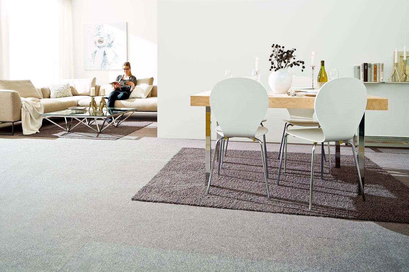 Wohn- und Esszimmer mit Teppichfliesen